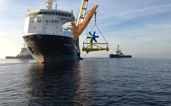 Sabella D10, la première hydrolienne  raccordée au réseau électrique, immergée  dans le Fromveur, près de l'ile d'Ouessant